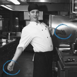 En person i en arbetsdräkt sträcker ut armarna för att värma upp.