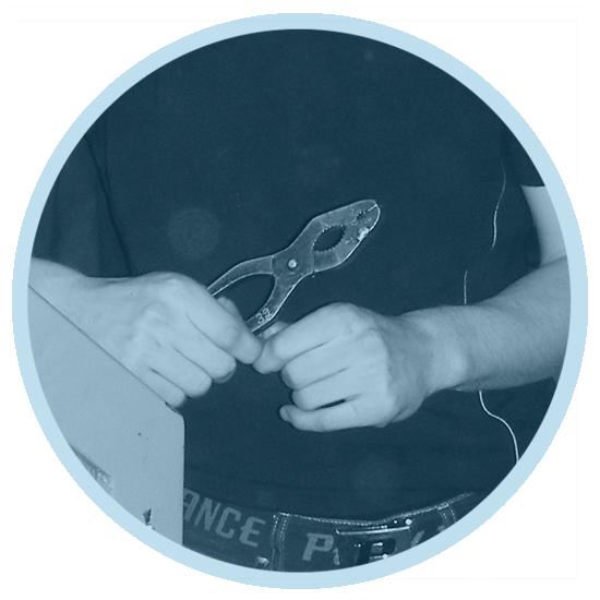 En person håller eftertänksamt ett verktyg i handen.